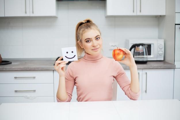 Концепция диеты, красивая молодая женщина выбирая между здоровой едой и нездоровой пищей