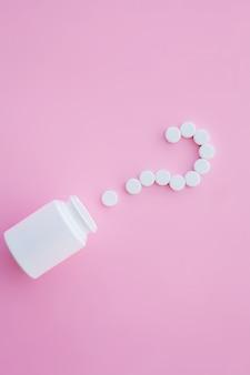 Крупным планом таблетки. пищевые добавки. разнообразные таблетки. витаминные капсулы на розовом
