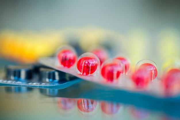 医療薬。青色の着色された丸薬とカプセル。薬局のテーマ、パッケージ内の抗生物質を含むカプセルの丸薬