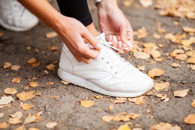 靴ひもを締める女性ランナー。