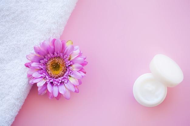 スパ。ピンクのスパバスルームで白い綿タオルを使用
