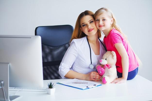 彼女の仕事をする著名な若い小児科医の愛