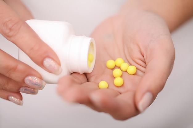 薬物の受け入れ。自宅での自己治療。医師が処方する薬。