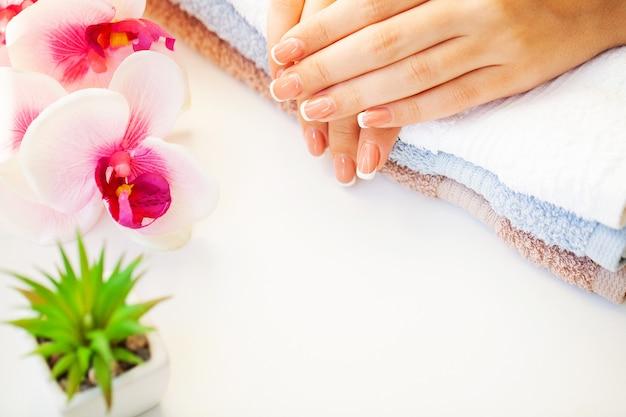 フランスのマニキュアと美しい女性の爪