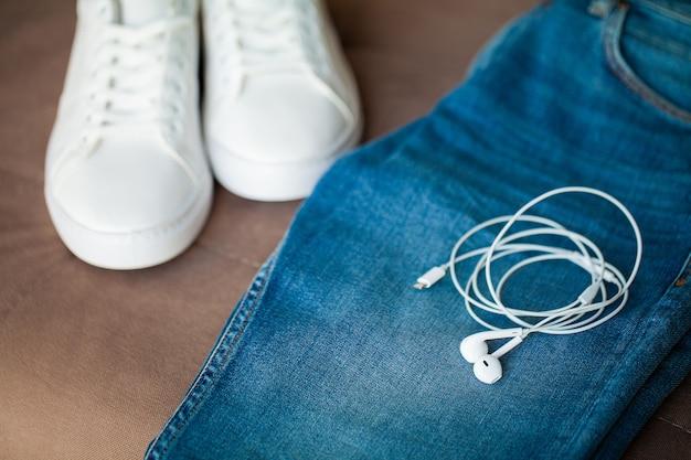 棚の上のジーンズと白のスニーカー