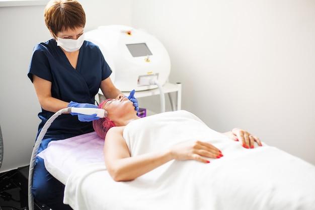 美容クリニックでマッサージを受ける女性
