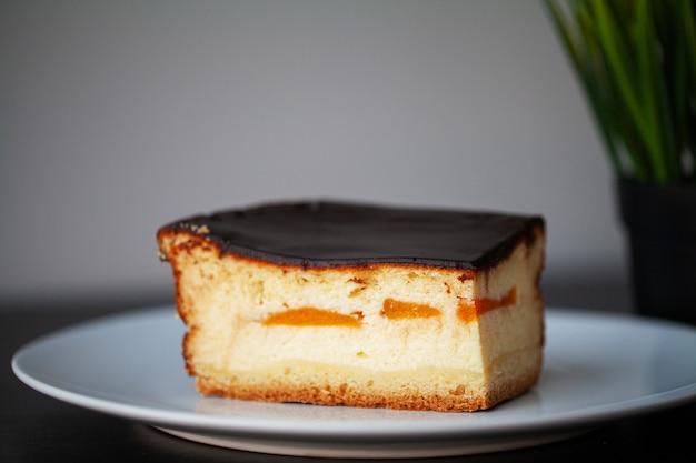 白いプレート上のチョコレートケーキのおいしい部分