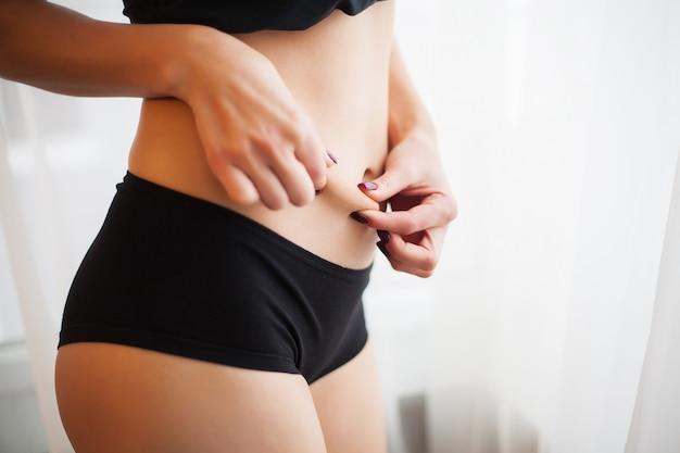 Крупным планом женского щипать кожу