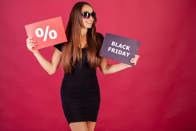 Женщина с черной пятницей и процентной надписью