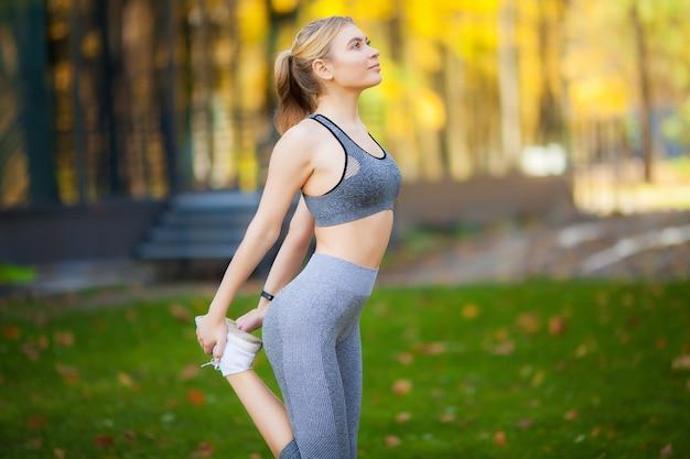 Девушка спортсмена тренируется снаружи