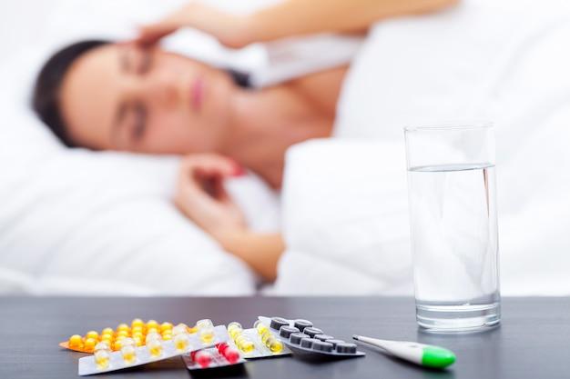 ベッドで病気の女性
