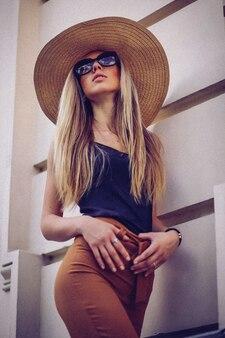 Красивая элегантная женщина в шляпе на открытом воздухе