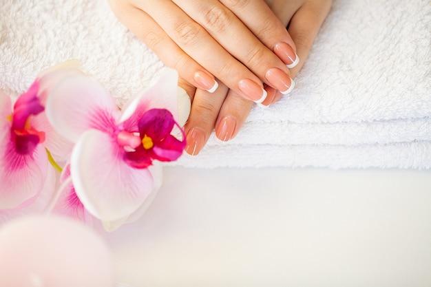 Красивые женские ногти с французским маникюром, в салоне красоты