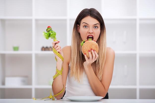 モデルプラスサイズは、ファーストフードとハンバーガーを支持して選択を行います