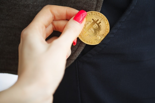 Биткойн золотая монета в кармане. концепция криптовалюты