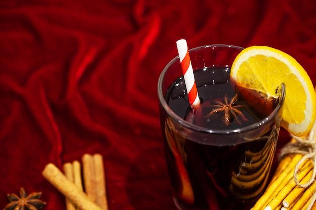 クリスマスの背景にスパイスとホットホットワイン