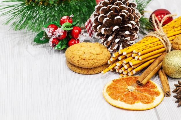 クリスマスクッキーと白い背景の装飾