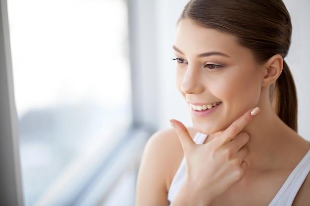 白い歯を笑顔で美しい幸せな女性の肖像画。美しさ。高解像度画像