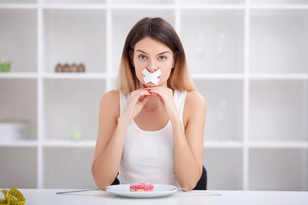 ダイエット。不健康な食事。ジャンクフード 。女の子はジャンクフードを食べません