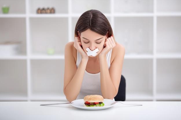 Диета. нездоровое питание. нездоровая пища . девушка не ест нездоровую пищу