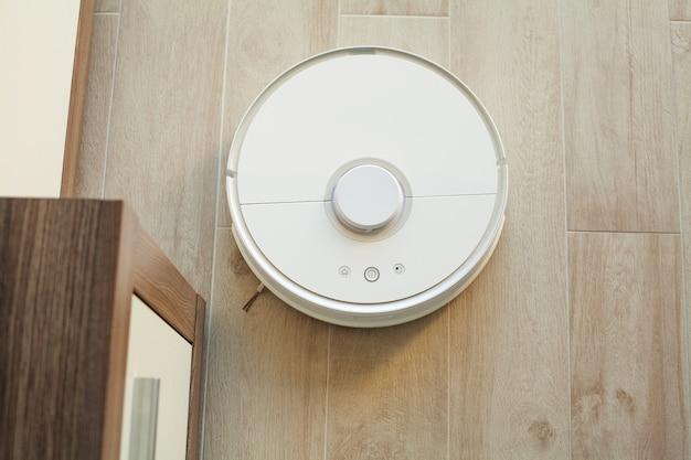 ロボット掃除機は、特定の時間にアパートの自動清掃を実行します。スマートホーム。