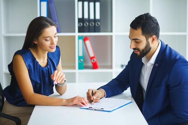ビジネス。ビジネスの女性とビジネスの男性がライトオフで協議