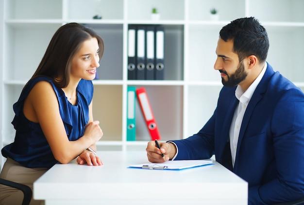 ビジネス。オフィスビジネスの女性とビジネスの男性を語る