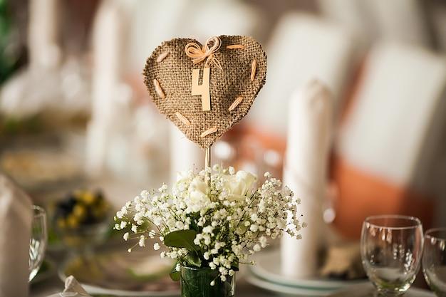 花と小物のホールで上品に装飾されたスタイリッシュ