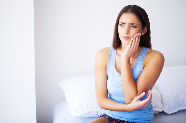 歯の痛み。痛みを伴う歯痛に苦しんでいる美しい女性