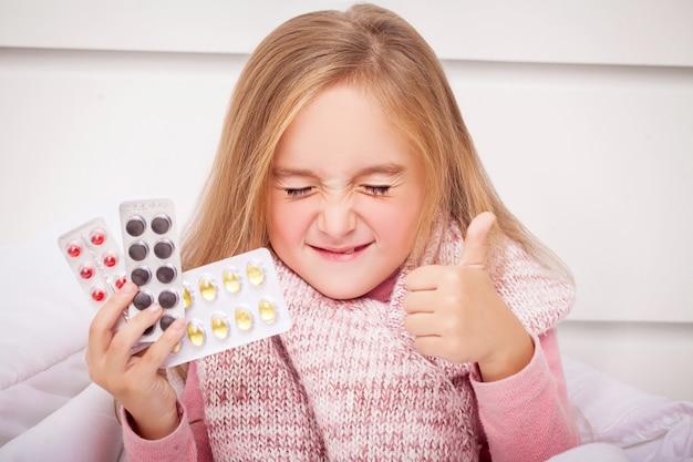 風邪やインフルエンザの薬を見て女の子