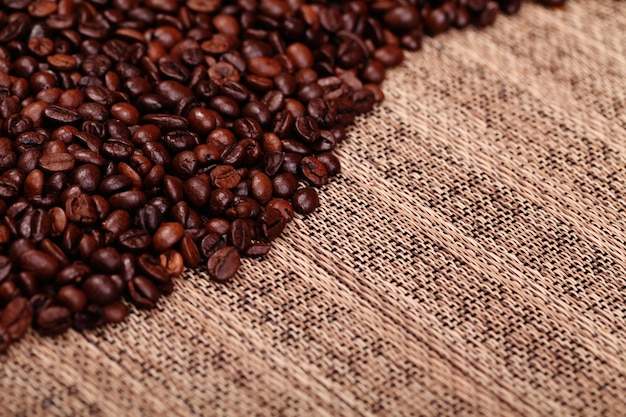 古い木製のテーブルの上のコーヒー豆