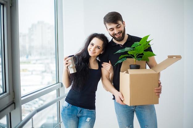 幸せな若いカップルが新しい家に移動