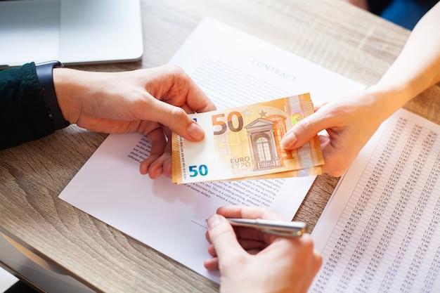Бизнесмен, давая деньги при заключении сделки по договору недвижимости и финансовым