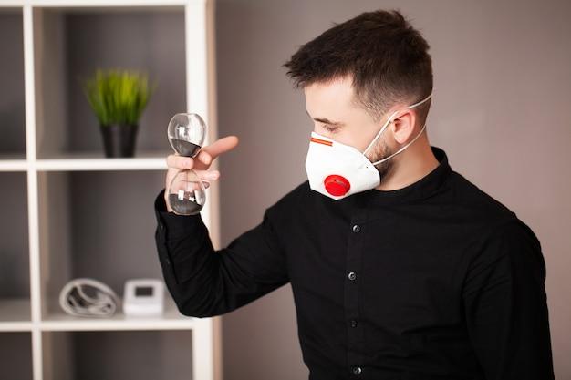 男はコロナウイルスからの保護のためのマスクを着ています。