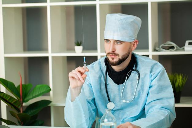 Доктор приходит в раствор для инъекций в шприц