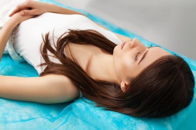 ビューティーサロンでレーザー治療を受ける女性