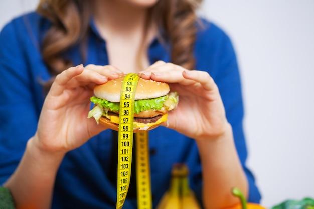 Концепция здорового питания, гамбургер с желтой рулеткой
