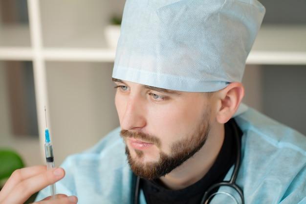 Доктор, проведение медицинских инъекций шприц в клинике