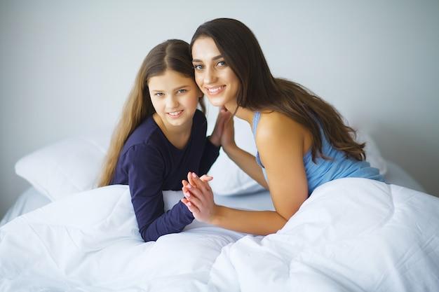 Мама. семья, ребенок и концепция счастья - обнимающая мать