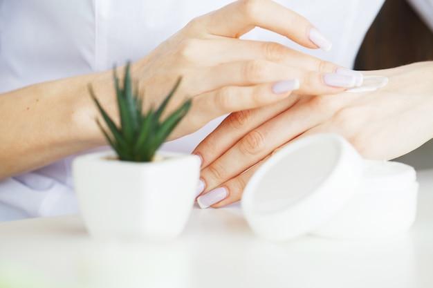 ハーブ医学。科学者、皮膚科医は実験室でオーガニックナチュラルハーブ化粧品を作ります。美容健康スキンケアコンセプト。クリーム、血清。