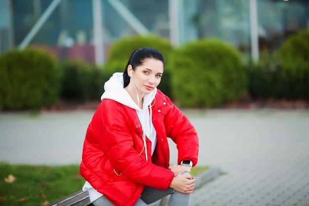 Травма ноги. женщина страдает от боли в ноге после тренировки