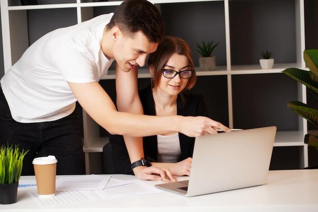 愛するカップルが自分のビジネスで一緒に成功する