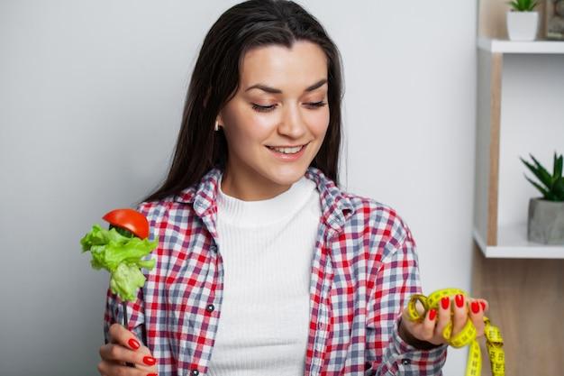 女の子は健康的な食品と有害な食品のどちらかを選択します