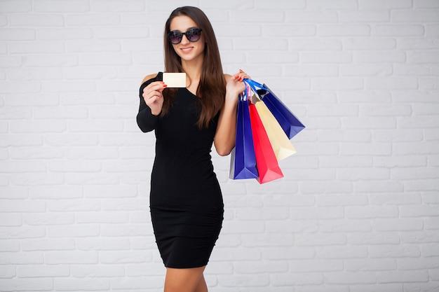 Женщина, держащая цветные сумки в черную пятницу