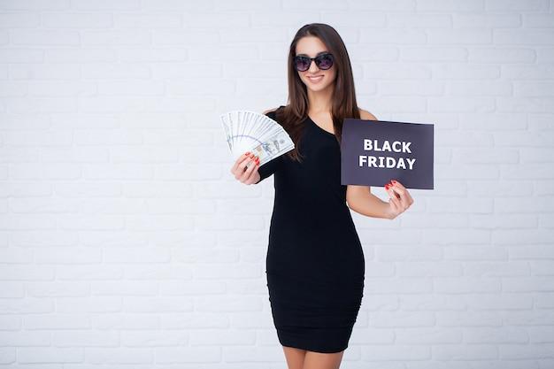 Женщины, имеющие скидки бланки на светлом фоне в черную пятницу праздник