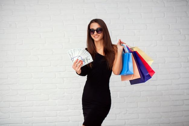 Женщина, держащая сумки в черную пятницу праздник