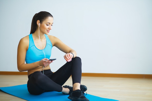 フィットネス運動をしているスポーツウェアの若い女性の肖像画。