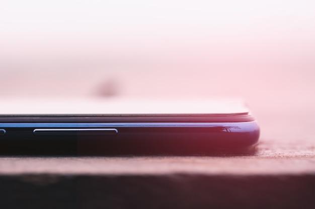 Крупным планом смартфон на столе в старинный тон мягкий фокус