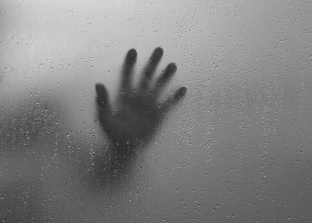 Размытые тени рук за зеркалом