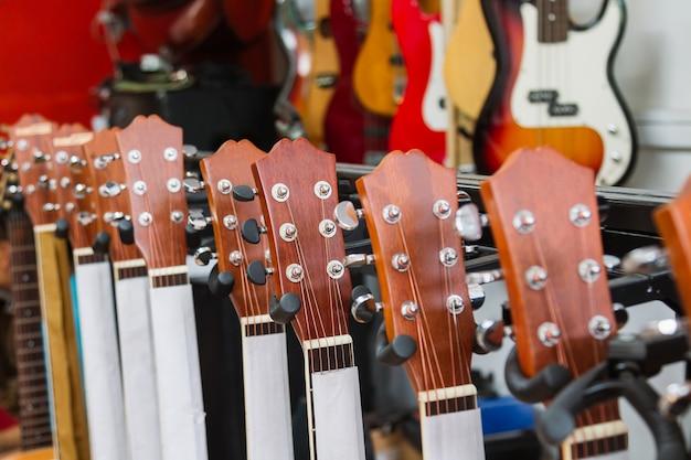 音楽店でギターのヘッドストックのクローズアップ